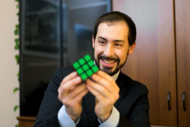 skarp hjerne med en rubiks cube