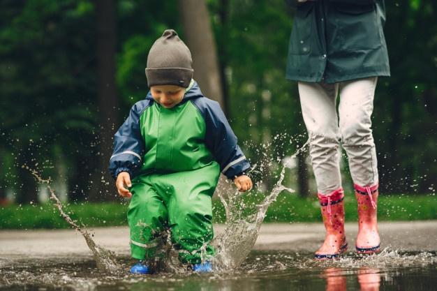 børn med vandtætte støvler